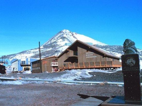 Два человека таинственным образом погибли на антарктической станции Мак-Мердо