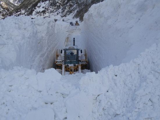 Транскам на границе с Закавказьем расчищают от снега посла схода лавин