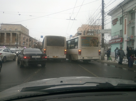 В Твери столкнулись две маршрутки и перекрыли обе дорожные полосы