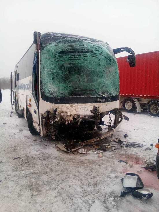 Кемеровский автобус столкнулся с грузовиком под Новосибирском