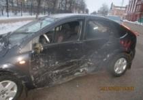 В Угличе столкнулись «Форд» и «ВАЗ», два человека пострадало