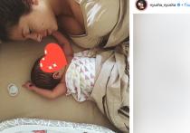 Впервые с момента родов, которые произошли в ноябре, певица Нюша выложила в Инстаграм фотографию своей дочери
