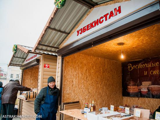 В Астрахани у Ленина установили ларьки