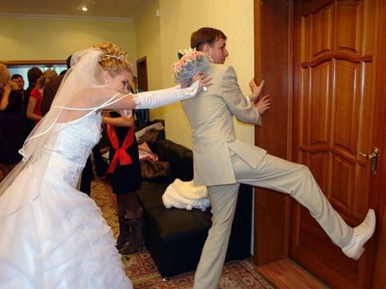 Байки из ЗАГСа о свадьбах и разводах: «Невеста держит пистолет»