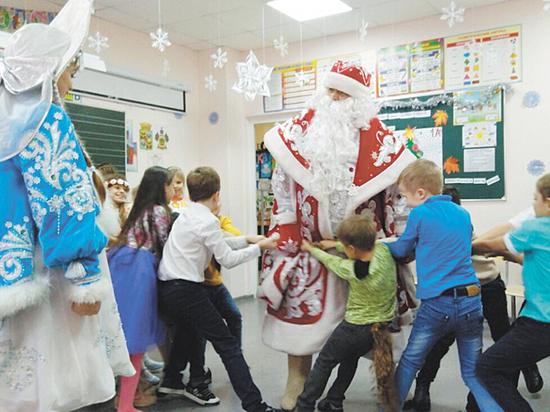 В школах и детсадах ввели запрет на профессиональных Дедов Морозов