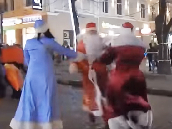 В центре Одессы два Деда Мороза устроили бои без правил