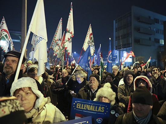 """В Венгрии начались массовые протесты против """"друга Путина"""" Орбана"""
