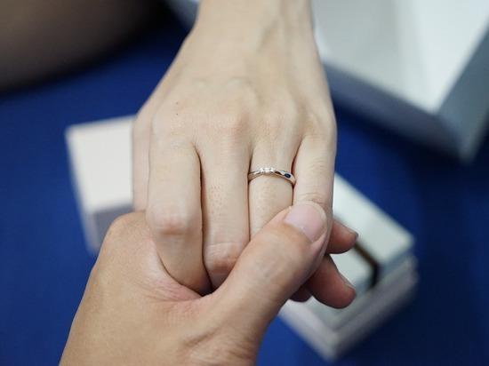 Пенсионер через суд потребовал запретить продавать кольца для помолвки