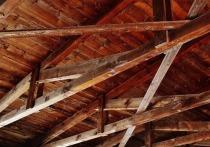 В Новокузнецке в загоревшемся ветхом доме обвалился потолок