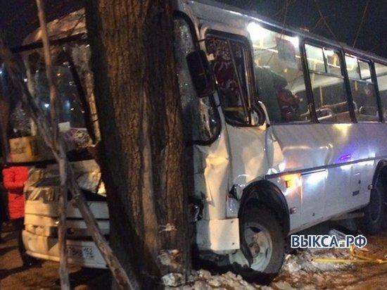 Пассажирский автобус врезался в дерево в Выксе