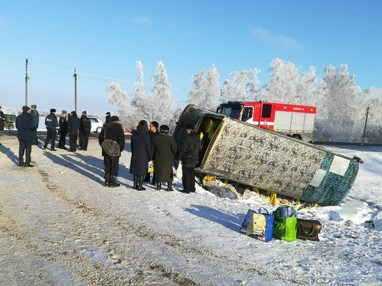 В Тамбовском районе пассажирский автобус опрокинулся в кювет: двое в больнице