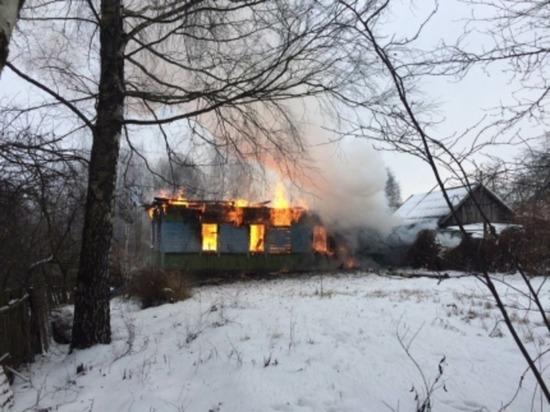 В Ярцево дотла сгорел бревенчатый жилой дом