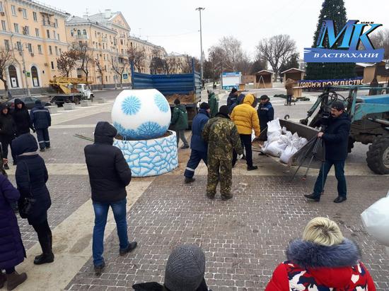В Астрахани Ленину подложили свинью и Машу с медведем. Большой фоторепортаж