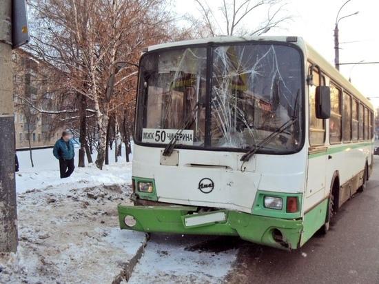 В Тамбове автобус с пассажирами врезался в столб