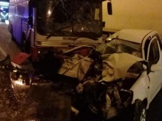 В ДТП с рейсовым автобусом под Новороссийском погибла водитель иномарки