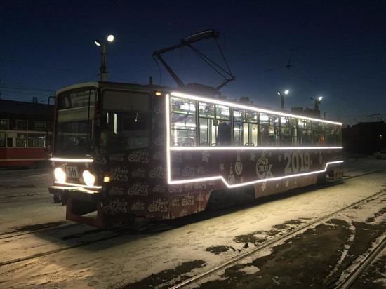 По Омску запустили светящиеся трамваи