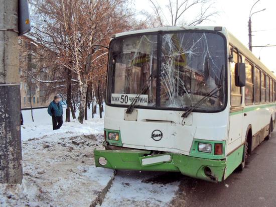 В Тамбове пассажирский автобус въехал в столб