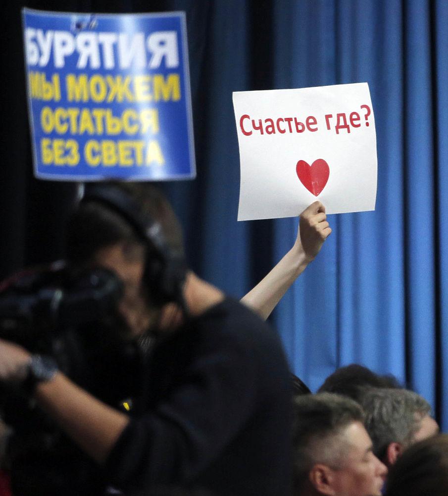 Пенсии, плесень, ад: плакаты журналистов на пресс-конференции Путина