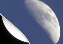Уфолог под псевдонимом MrMBB333 разместил на своём YouTube-канале видеоролик, на котором утверждается, что недавно Луна повисла над Землёй «вверх ногами»