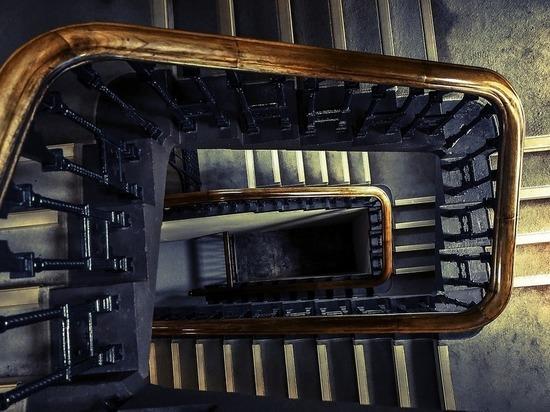Чепчанин-рецивист избил приятеля, вынес на лестницу и обокрал