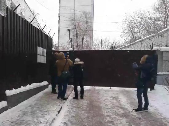 Странное освобождение: Льва Пономарева силой вывезли из спецприемника