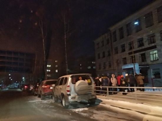 Родители петрозаводских первоклассников снова дежурили ночью у школ