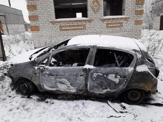 В Ульяновской области сгорел OPEL, пока владелица бегала за мужем