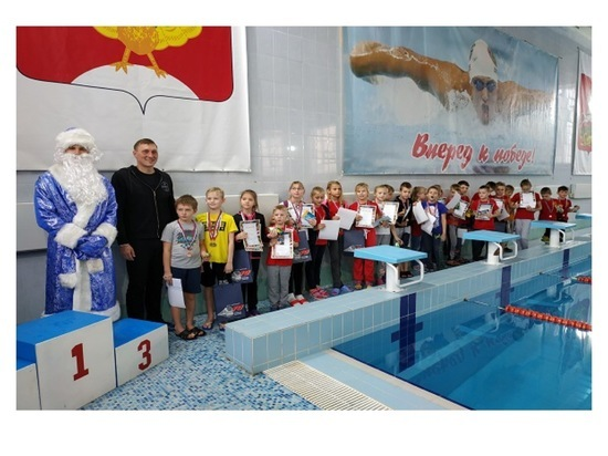 В Серпухове состоялись новогодние соревнования для юных пловцов