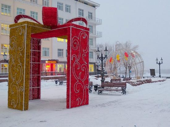 В центре города, на эспланаде, завершается строительство главного ледового городка, который в этом году посвящен культурным символам Востока