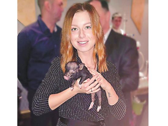 Юлия Савичева сфотографировалась со свиньей