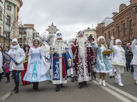 По Красной прошествовали 300 Дедов Морозов и Снегурочек