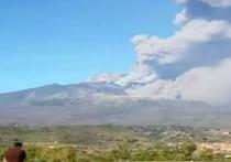 Вчера в итальянской Сицилии произошло извержение действующего вулкана Этна, во время которого было зафискировано более 130 подземных толчков, а в воздух попало большое количество дыма и пепла