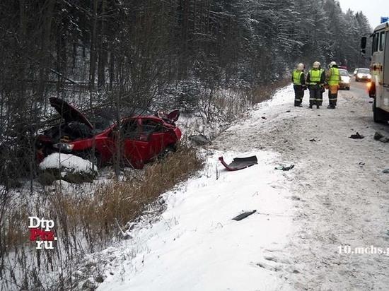 Смертельная авария с участием легкового автомобиля и грузовика произошла в Карелии