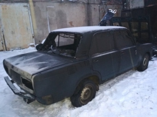 В Сафоново пожарные выкатили автомобиль из горящего гаража