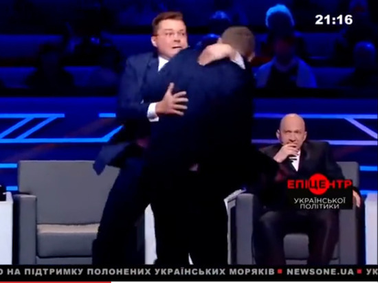 Народный депутат Мосийчук впрямом эфире ударил палкой поспине политолога Семченко