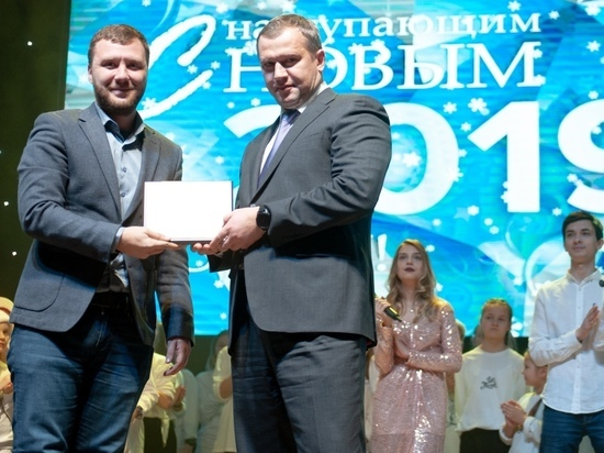 Сергей Морозов наградил Александра Алымова за хорошую работу