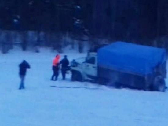Два грузовика провалились под лед Витима