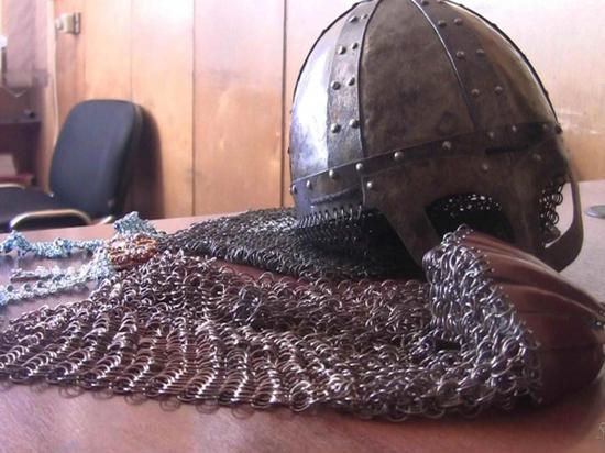 Омич без пальцев похитил рыцарский шлем и кольчугу