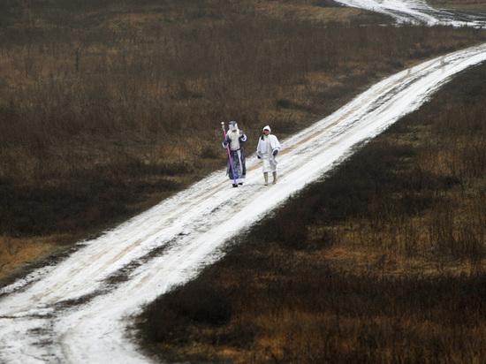 Воронежский Дед Мороз-чиновник поздравляет стариков, живущих на отдаленных хуторах
