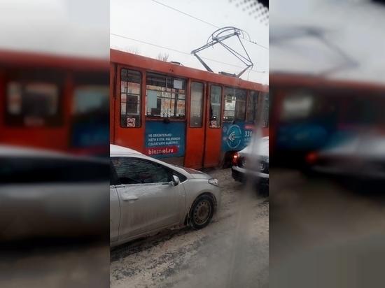 В Смоленске хулиган разбил окно в трамвае