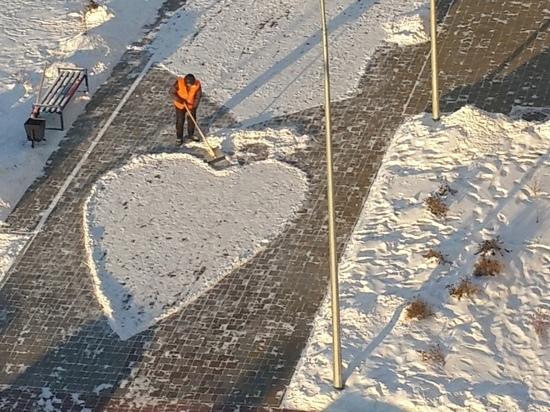 Омский дворник покорил горожан сердцем из снега