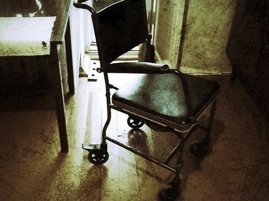 Инвалид-колясочник не может попасть к врачу из-за сломанного лифта