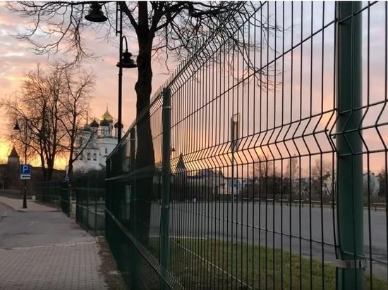 Псковский кремль сквозь решётку, если нарушен закон