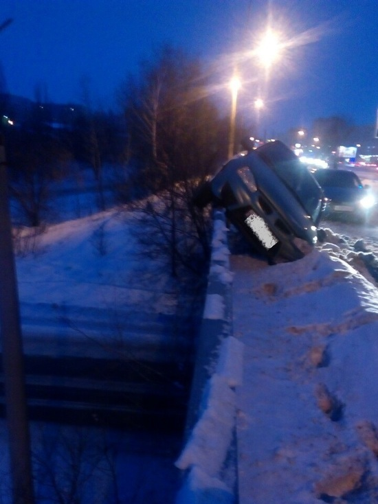 Автоледи в Ульяновске повисла на перилах моста