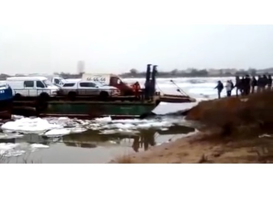 Жителям Астраханской области голыми руками пришлось тащить многотонный паром до берега