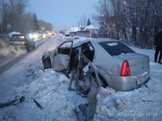 Пассажирский автобус в Барнауле сбил человека и столкнулся с легковушкой