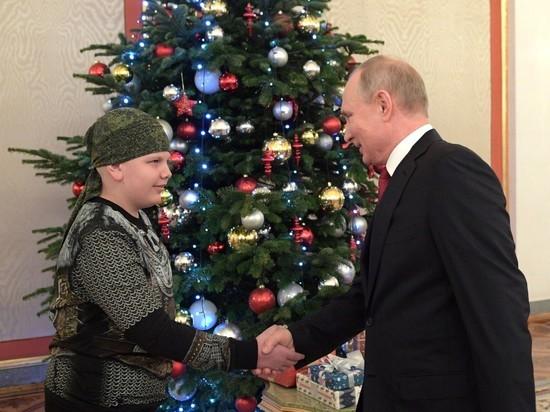 У Путина в Кремле для чиновников устроили елку с челобитными