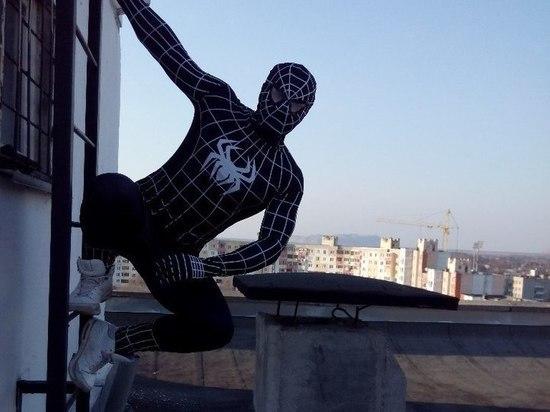 Мужчина в костюме Человека-паука госпитализирован после прыжка в ГУМе