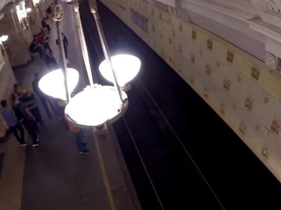 В московском метро мужчина и женщина спрыгнули с платформы