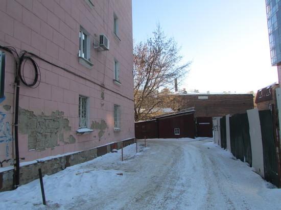 В центре Иркутска горожане выставили живой щит против самосвала